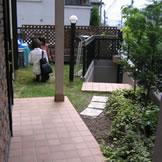 BEFORE 小さなお子さんがいる のでなかなかお庭に手が届かず、芝が暴れ始めていました。