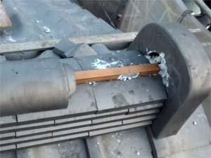 強力棟金物に棟材を緊結後、棟用素丸瓦施工