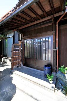 ゆめや施工例【K026西宮市K邸】風格ある玄関に馴染む玄関戸